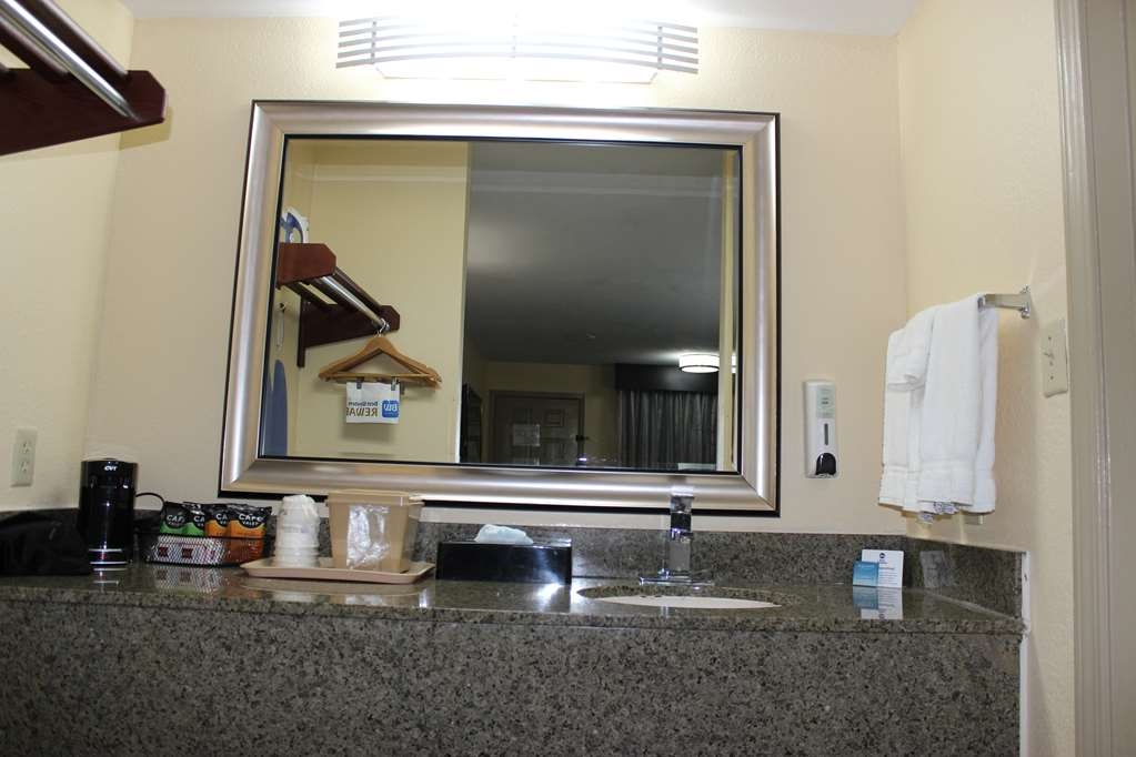 Best Western Jacksonville Inn - Enjoy getting ready for the day in our fully equipped guest bathrooms.