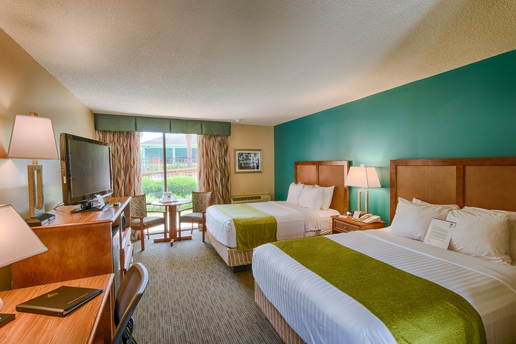 Best Western Charleston Inn - Pull back the covers, hop in and catch your favorite TV show in our Pool View Two Queen Guest Room.