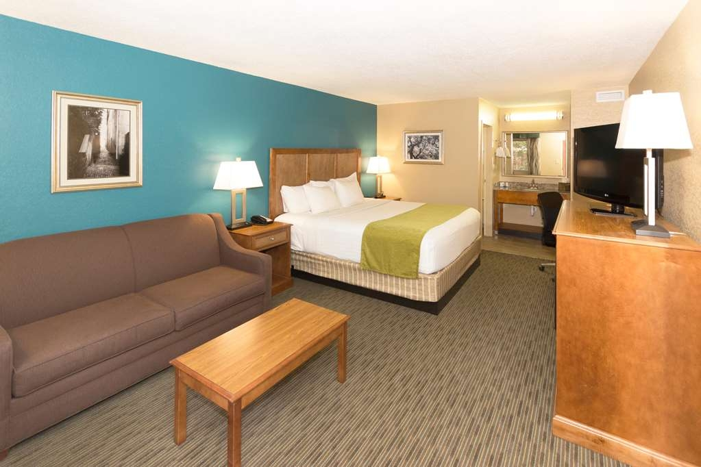 Best Western Charleston Inn - Designed for corporate and leisure traveler alike, make a reservation in this Standard King Bed Guest Room.