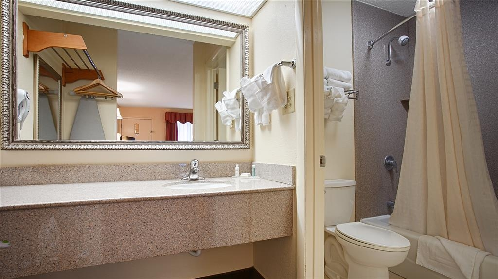 Best Western Of Walterboro - Spacious Bathroom