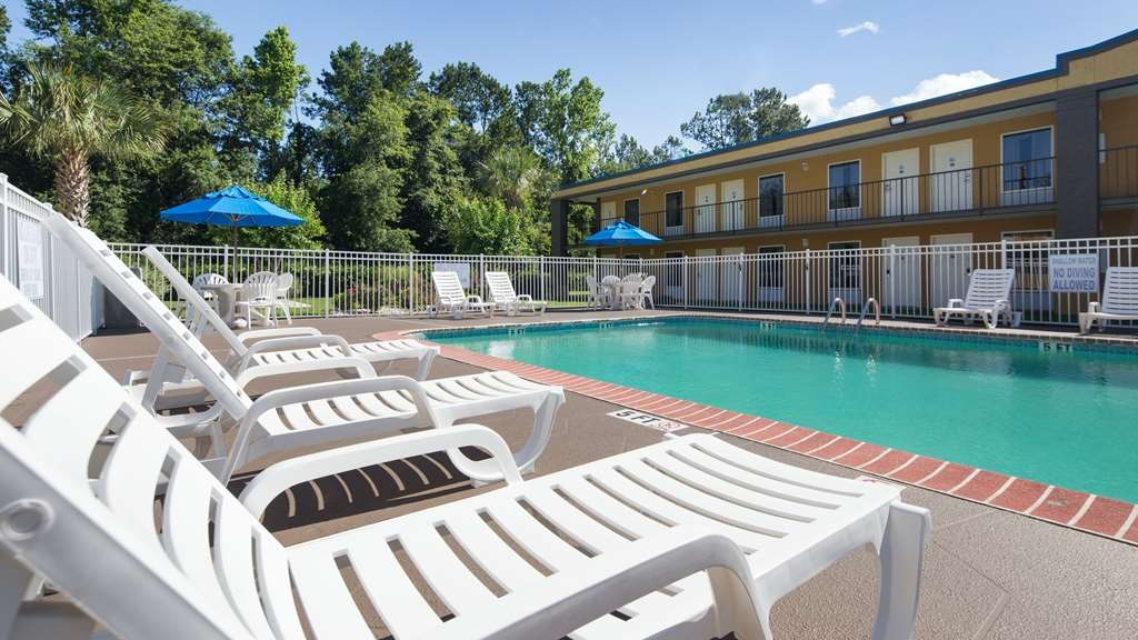 Best Western Of Walterboro - Have some fun in the sun with your family at our outdoor pool, complete with a picnic area. **Our Seasonal Pool operates from Memorial Day Weekend until Labor Day Weekend**