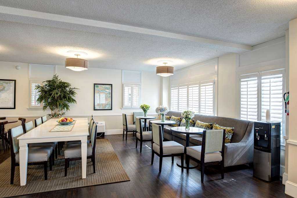 Best Western Sea Island Inn - Choose from a wide selection of seating to enjoy your morning meal.