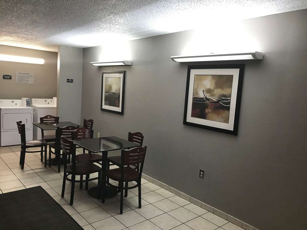 Best Western Van Buren Inn - Our laundry and vending machine area offers plenty of tables and chairs to relax and grab a refreshment.