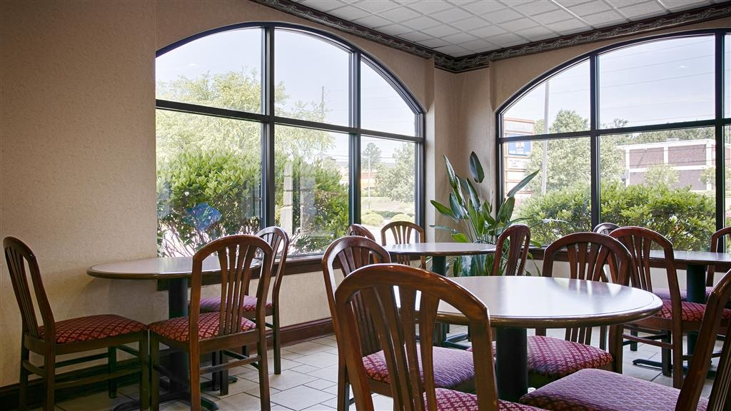 Best Western Executive Inn & Suites - Choose from a wide selection of seating to enjoy your morning meal.