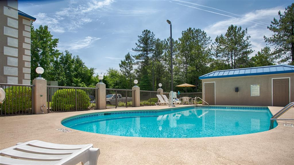 Best Western Executive Inn & Suites - Plan an afternoon with the family at our outdoor swimming pool.