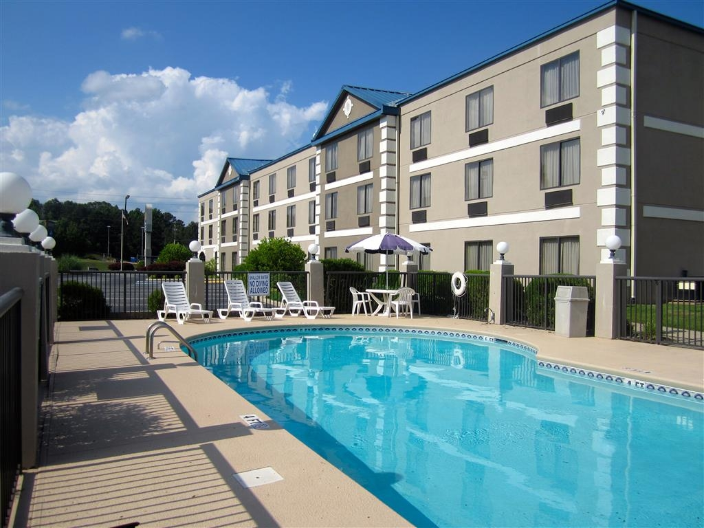 Best Western Executive Inn & Suites - Whether you want to relax poolside or take a dip, our outdoor pool area is the perfect place to unwind.