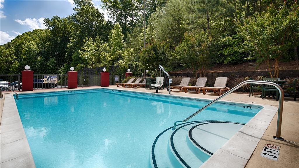 Best Western Executive Inn - Whether you want to relax poolside or take a dip, our outdoor pool area is the perfect place to unwind.