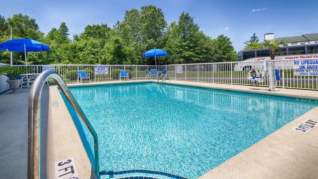 Best Western Carowinds - Soak up the sun in one of our comfortable lounge chairs by our outdoor swimming pool.