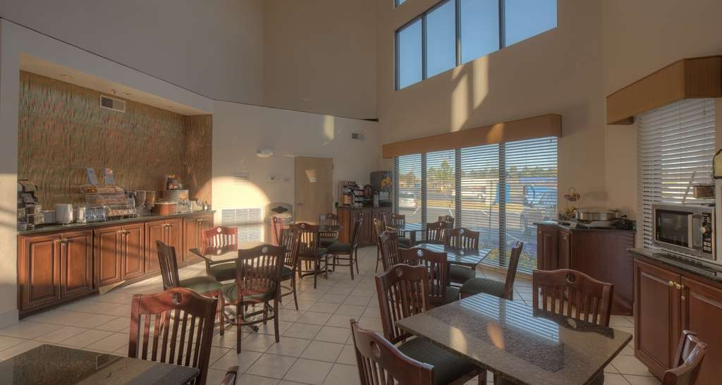 Best Western Carowinds - Choose from a wide selection of seating to enjoy your morning meal.