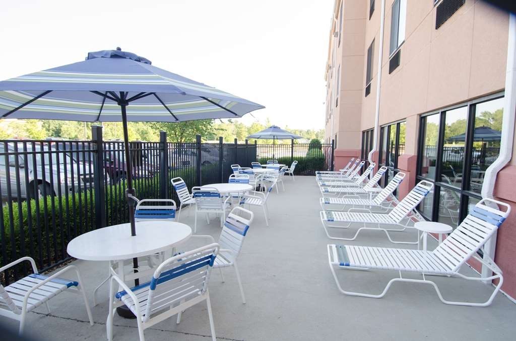 Best Western Plus Castlerock Inn & Suites - Soak up some rays on our outdoor patio with lounge chairs.