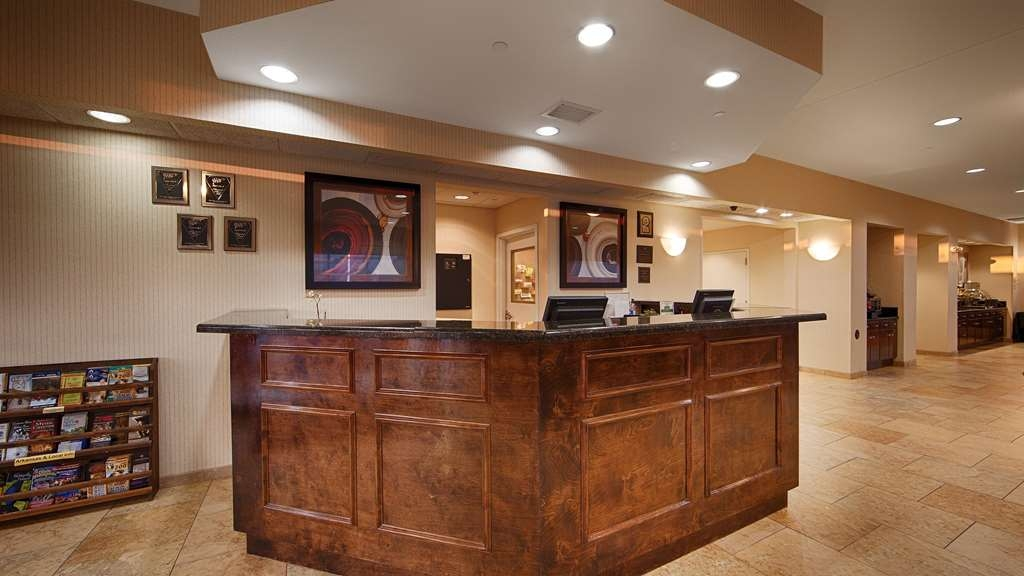 Best Western Plus Castlerock Inn & Suites - Our front desk is happy to provide all the comforts of home for you during your stay.