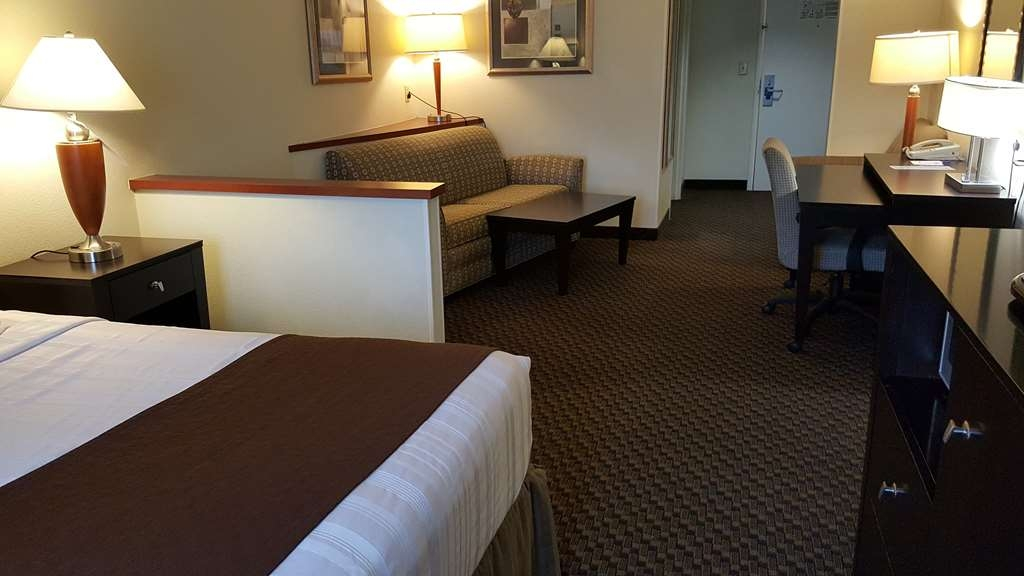 Best Western Plus Castlerock Inn & Suites - Designed for corporate and leisure traveler alike, make a reservation in this suite king room.