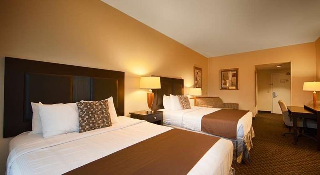 Best Western Plus Castlerock Inn & Suites - Bring your family along and make a reservation in this double queen room.