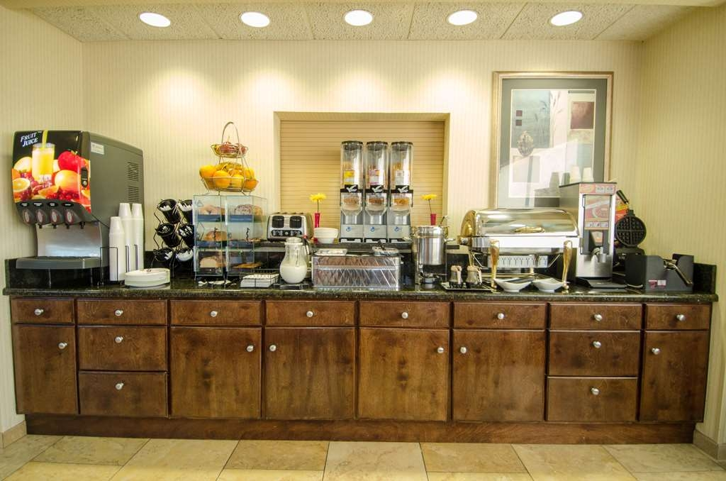 Best Western Plus Castlerock Inn & Suites - Enjoy a balanced and delicious breakfast with choices for everyone.