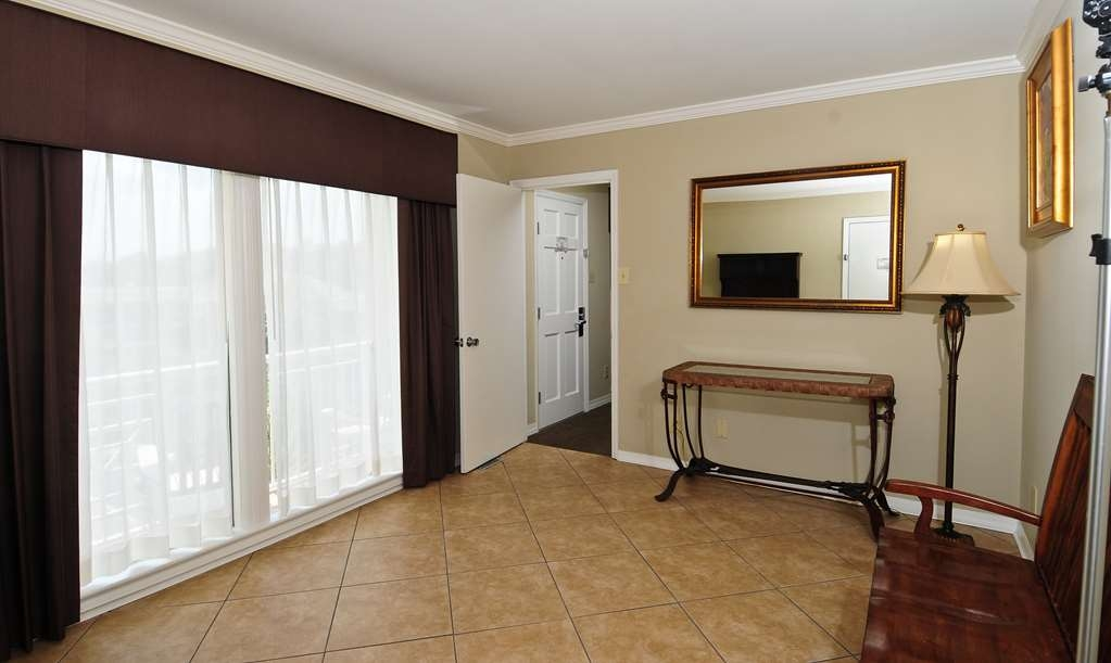 Best Western Plus Grand Strand Inn & Suites - One Bedroom Cottage Living Room