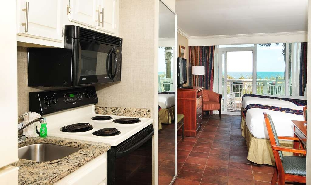 Best Western Plus Grand Strand Inn & Suites - Ocean Front Queen Suite Kitchenette