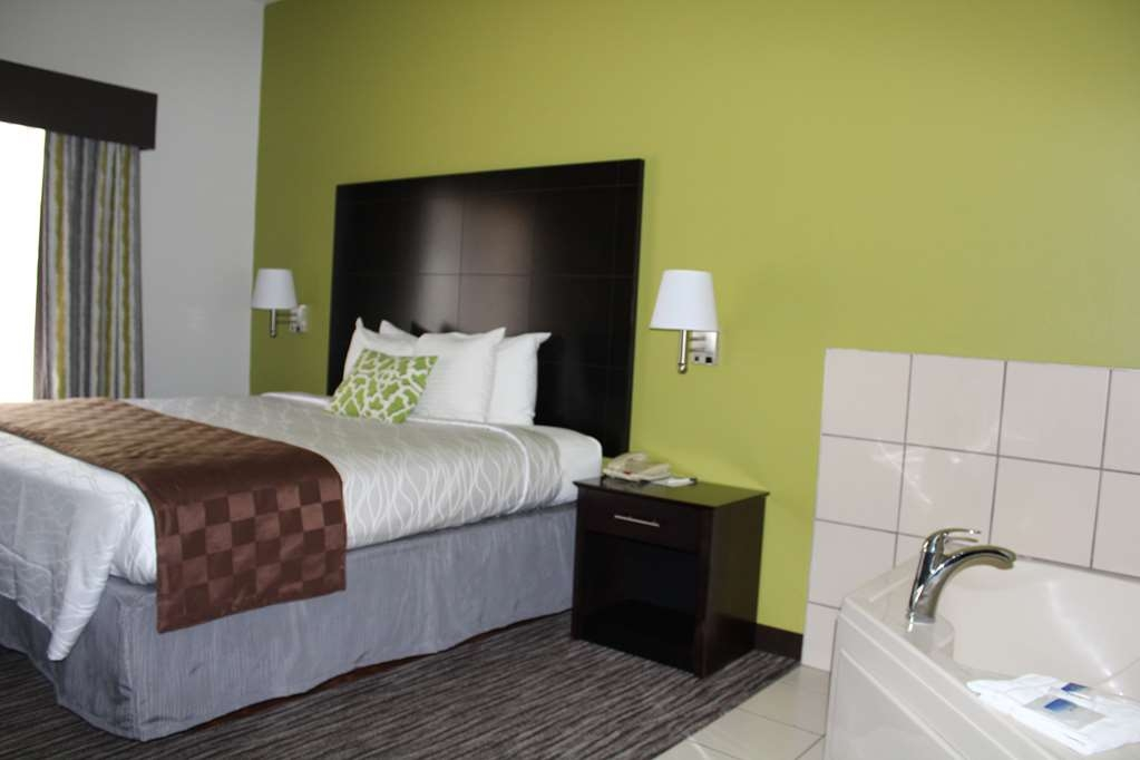 Best Western Magnolia Inn and Suites - Our Whirlpool Room has lots of space!