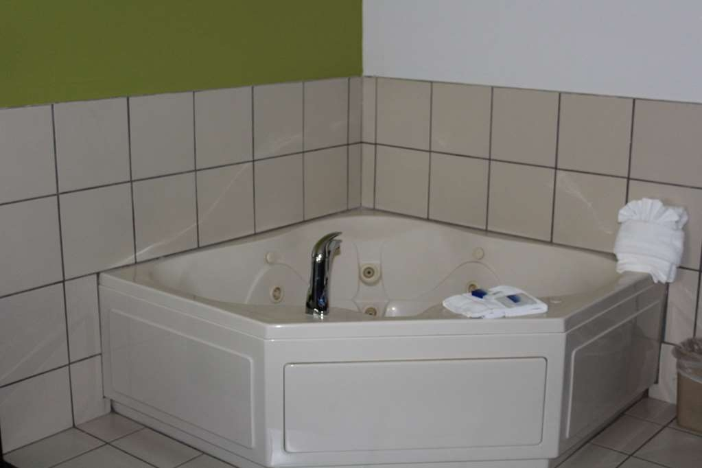Best Western Magnolia Inn and Suites - Relax and soak up in the hot tub in our Whirlpool Room.