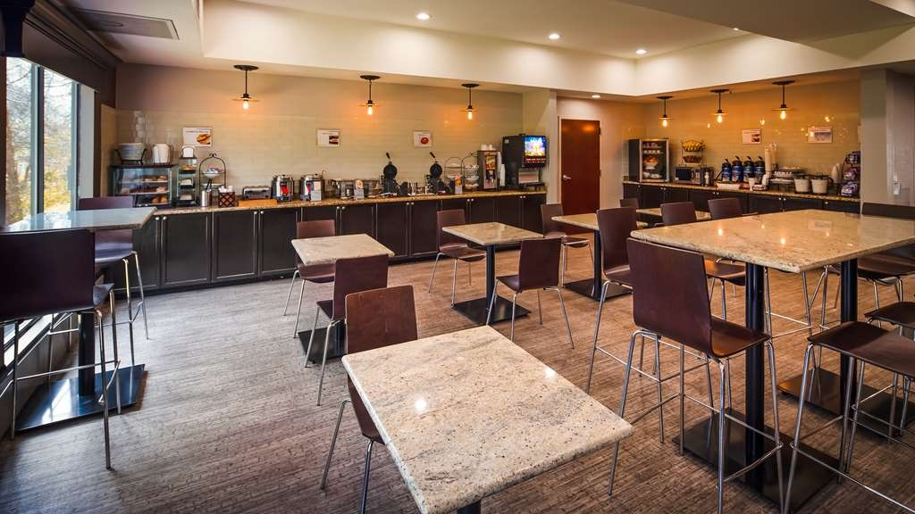 Best Western Magnolia Inn and Suites - Enjoy a balanced and delicious breakfast with choices for everyone.