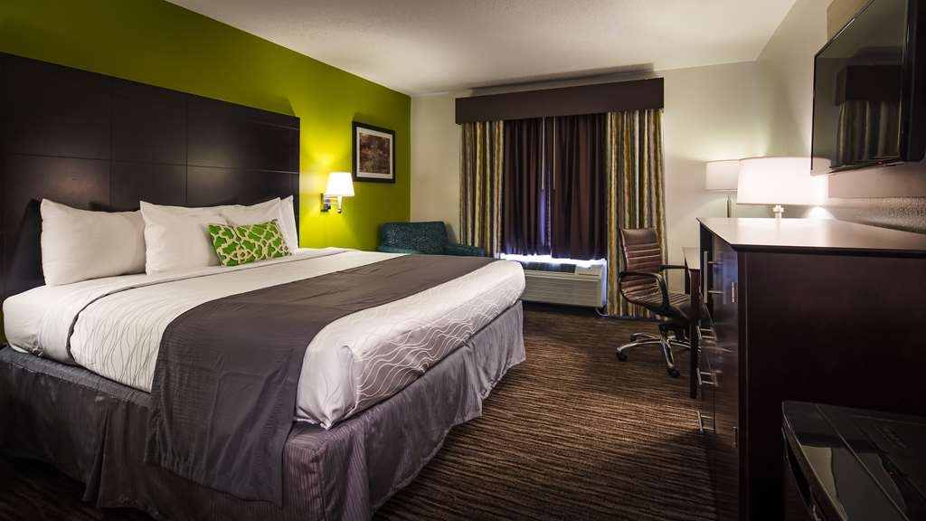 Best Western Magnolia Inn and Suites - At the end of a long day, relax in our clean, fresh single king room.