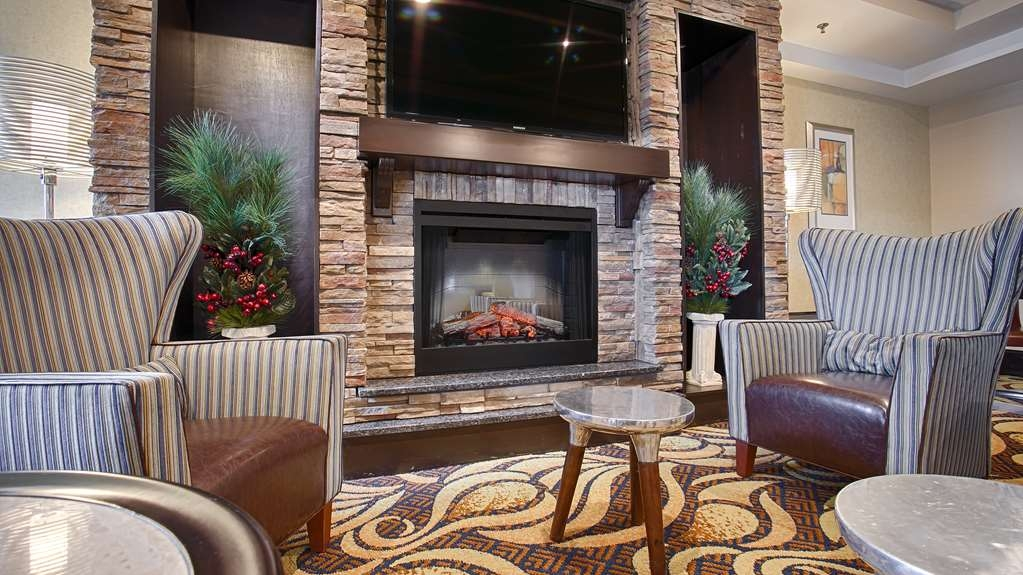 Best Western Plus Columbia North East - Find a comfortable chair to chat with friends or flip through a magazine in our lobby.