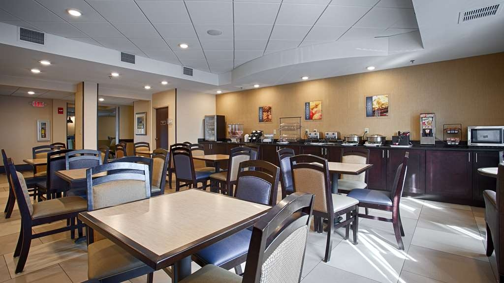 Best Western Plus Columbia North East - Choose from a wide selection of seating to enjoy your morning meal.