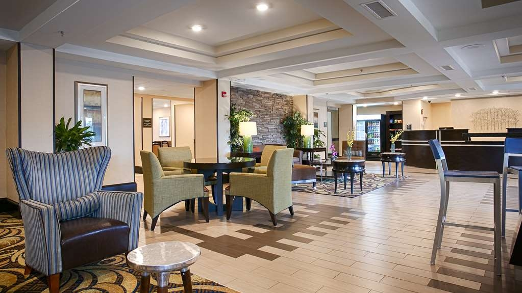 Best Western Plus Columbia North East - Our hotel lobby area offers a relaxing place to read a book or socialize with colleagues and friends.