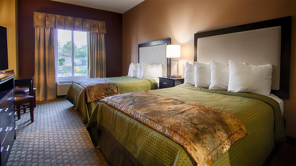 Best Western Pawleys Island - There's plenty of space in our two queen bedroom for sleeping, eating and working.