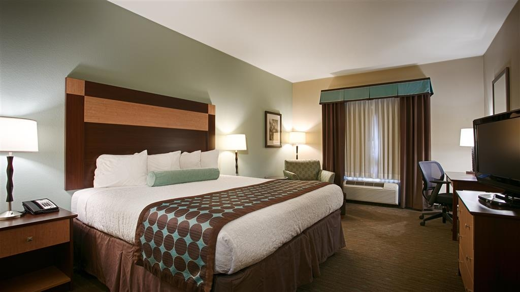 Best Western Plus Texarkana Inn & Suites - Enjoy all the comforts of our king guest room that comes complete with a 32-inch TV, microwave, and refrigerator.