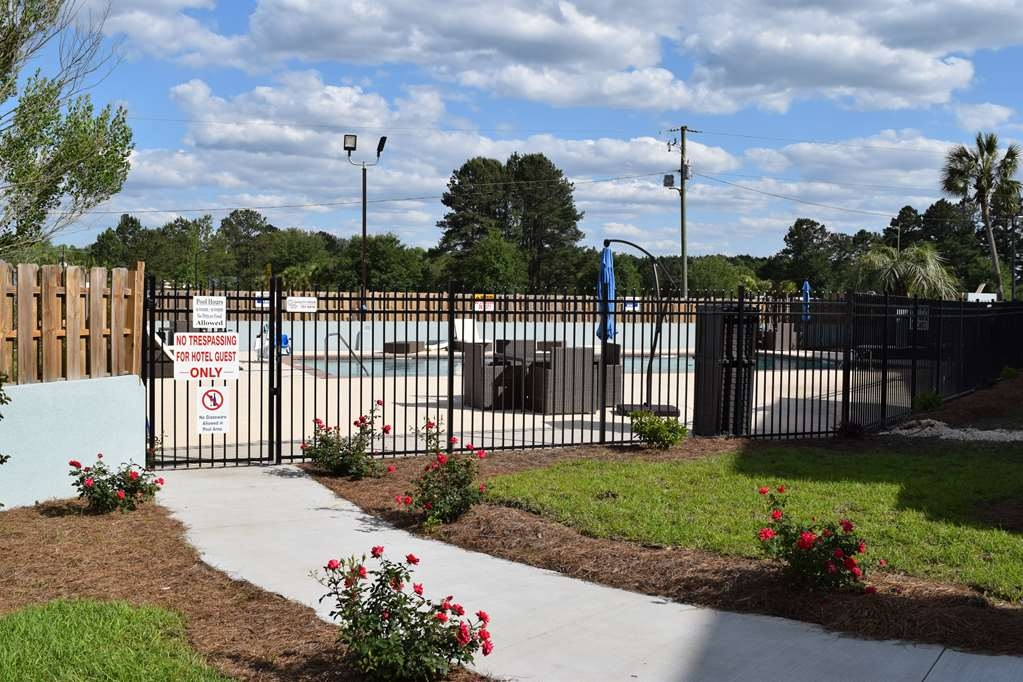 Best Western Plus Hardeeville Inn & Suites - Outside Pool Area