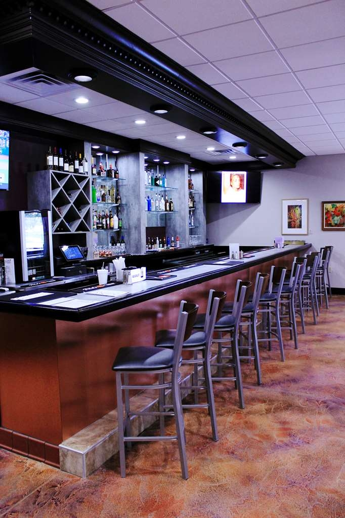 Best Western Plus University Inn & Conference Center - Bar/Salón