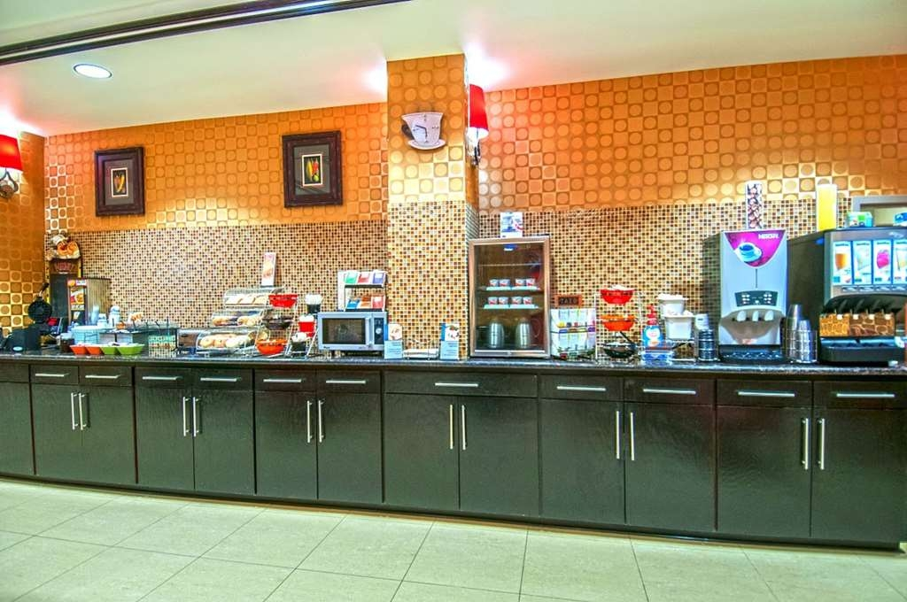 Best Western Plus JFK Inn & Suites - Sit down and enjoy the morning news while sipping a delicious cup of coffee.