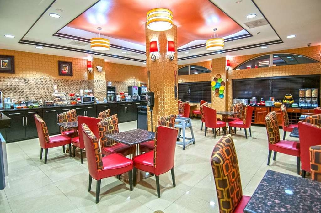 Best Western Plus JFK Inn & Suites - Start your day off right with a complimentary hot breakfast.