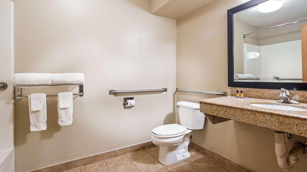 Best Western Plus Lonoke Hotel - Guest Bathroom