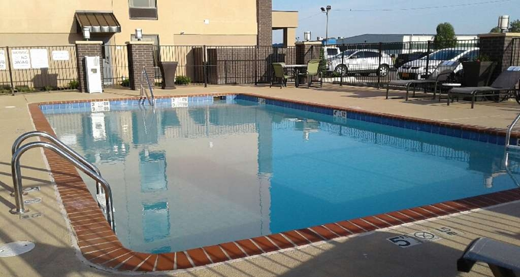 Best Western Plus Jonesboro Inn & Suites - Our outdoor pool is perfect for swimming laps or taking a quick dip.