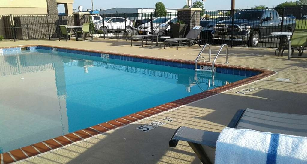 Best Western Plus Jonesboro Inn & Suites - You'll immediately feel at ease when you jump in our outdoor pool!
