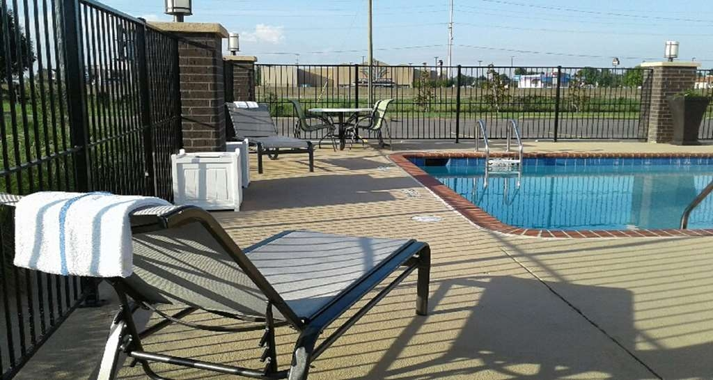 Best Western Plus Jonesboro Inn & Suites - Whether you want to relax poolside or take a dip, our outdoor pool area is the perfect place to unwind.