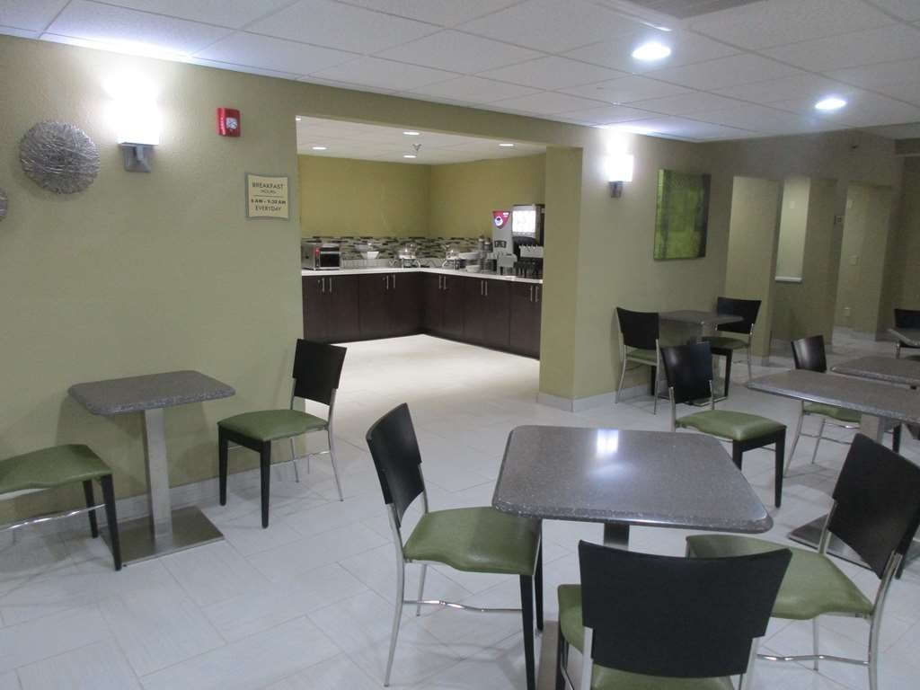 Best Western Plus Jonesboro Inn & Suites - Enjoy a balanced and delicious breakfast with choices for everyone.