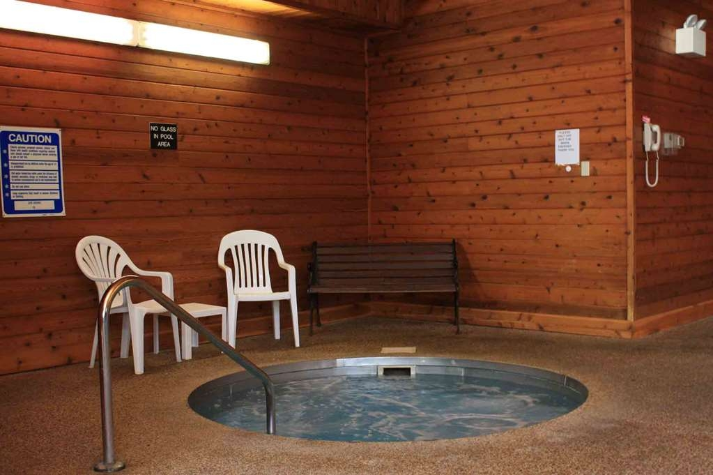 Best Western Lee's Motor Inn - Relax in the hot tub while the children play in the indoor pool!