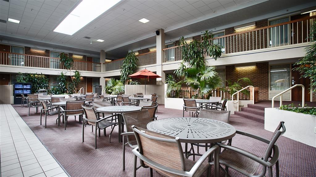 Best Western Plus Ramkota Hotel - Indoor Sitting Area