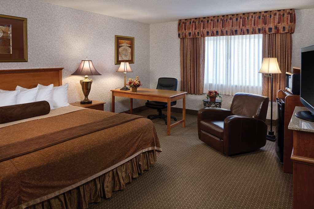 Best Western Plus Ramkota Hotel - Be productive in the comfort of your own room with a large work desk and free Wi-Fi access.