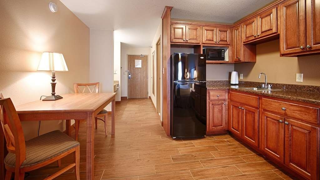 Best Western Empire Towers - Kitchenette area for one king or two queens