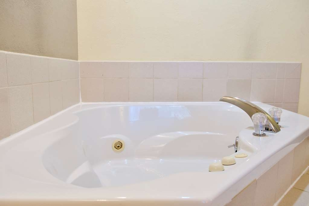 Best Western Thunderbird Motel - Spend a relaxing night together in our king guest room featuring an in-room whirlpool spa.