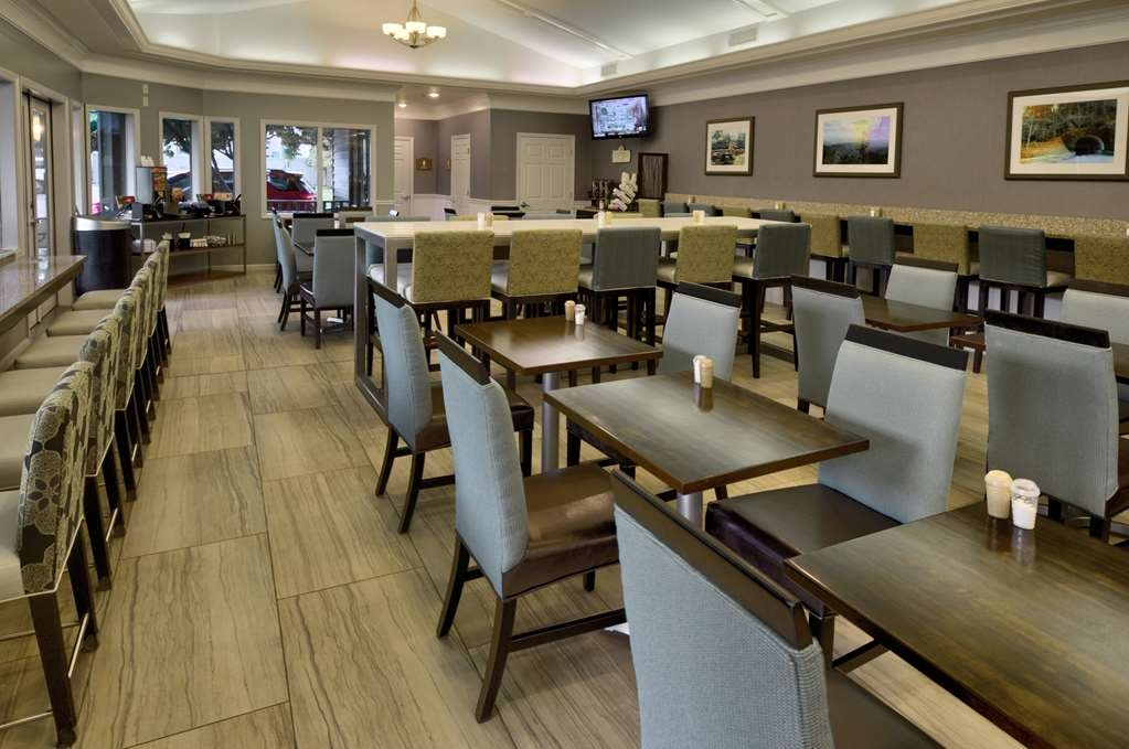 Best Western Plaza Inn - Relax with a cup of coffee before taking on the sights in our comfortable seating area.