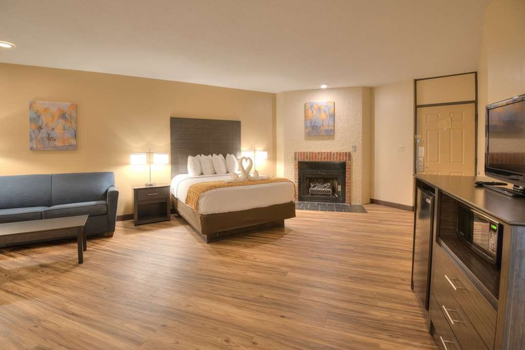 Best Western Toni Inn - 2 Bedroom family suite with king bed, queen bed and sleeper sofa
