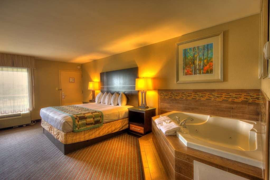Best Western Newport Inn - King Whirlpool Suite