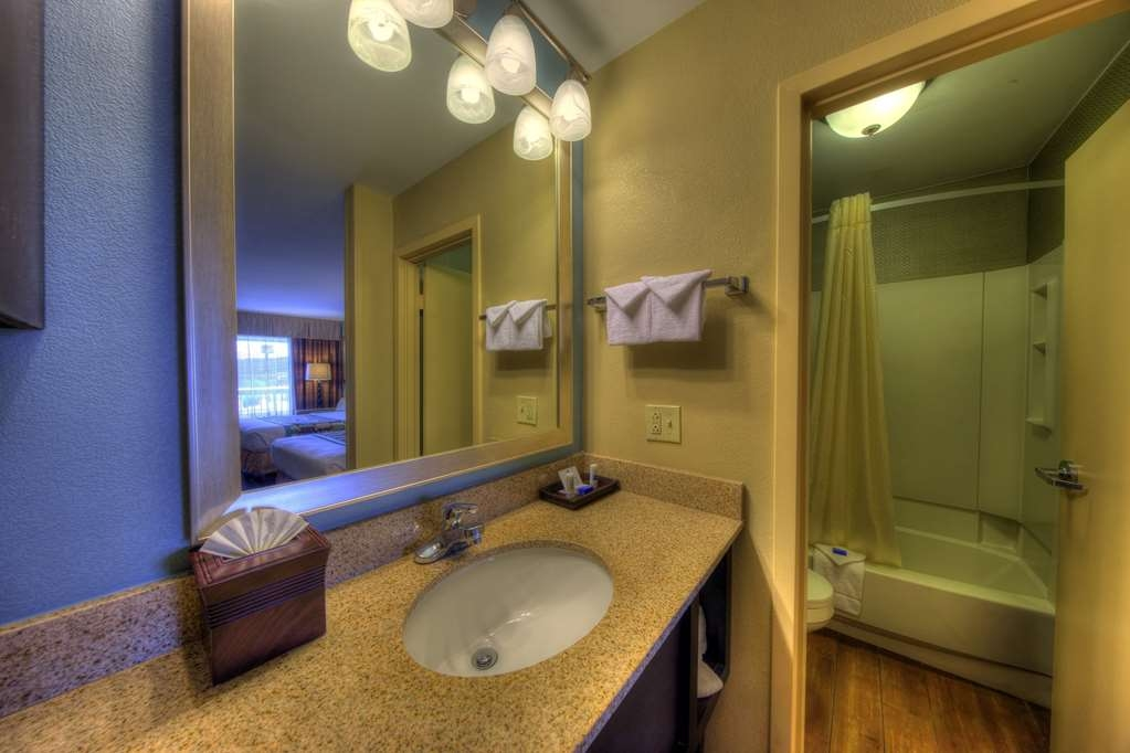Best Western Newport Inn - Enjoy our well-appointed guest bathrooms with bright lit mirrors, crisp, clean towels and high-quality bathroom amenities and soaps.