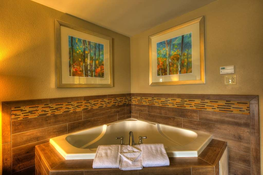 Best Western Newport Inn - What better way to end your day than a quick dip in your relaxing private hot tub?