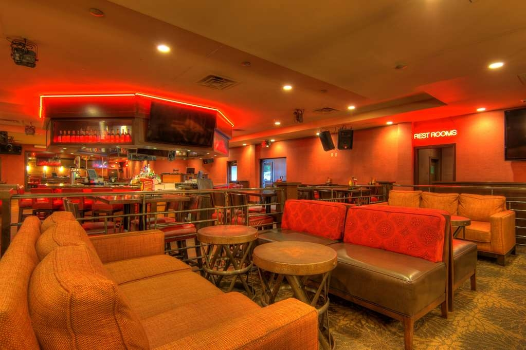 Best Western Newport Inn - After a long day, Michael's Lounge is the perfect place to be for a casual drink with friends.