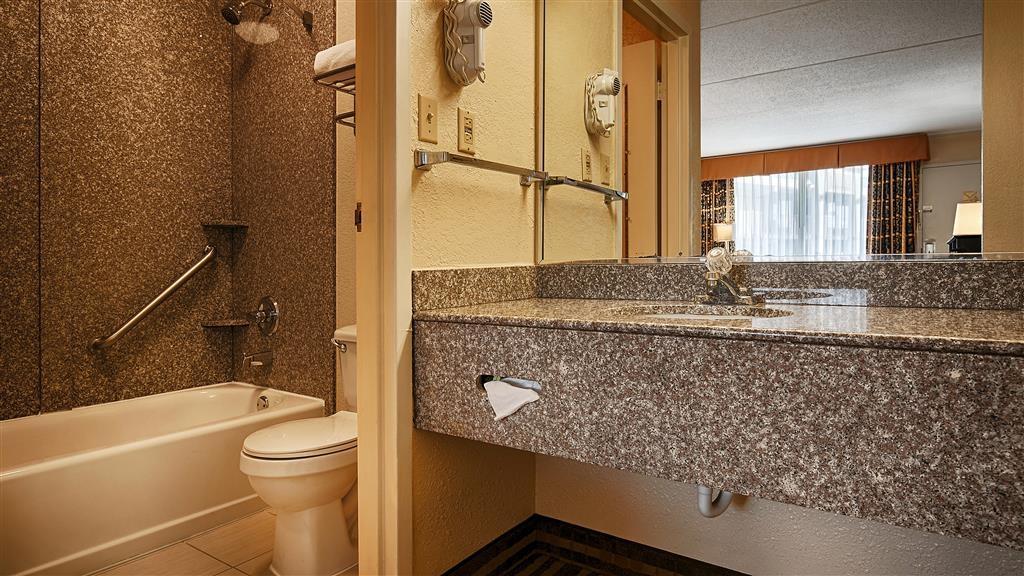 Best Western Heritage Inn - Nuestros cuartos de baño cuentan con un amplio tocador para que pueda colocar cómodamente sus productos personales.